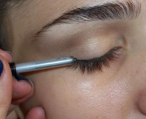 For_more_drama,_add_individual_lashes_or_a_small_section_of_strip_lashes_to_the_outer_corners._