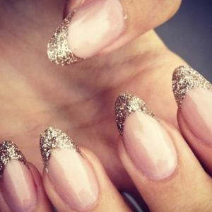 French_manicure_with_gold_glitter_tips_