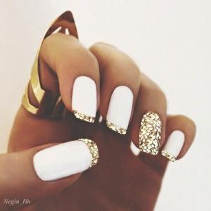 French_manicure_in_white_gold_with_glitter_tips_